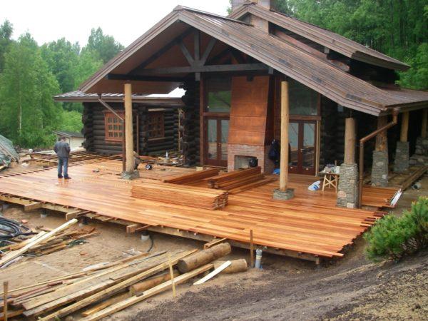 На фото — строительство открытой террасы.