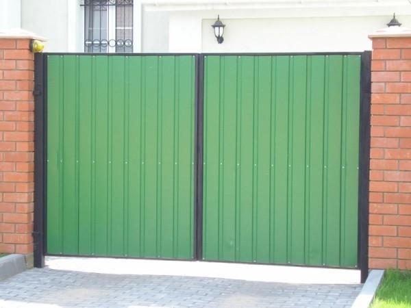 На фото: такие ворота хорошо сочетаются с любым забором