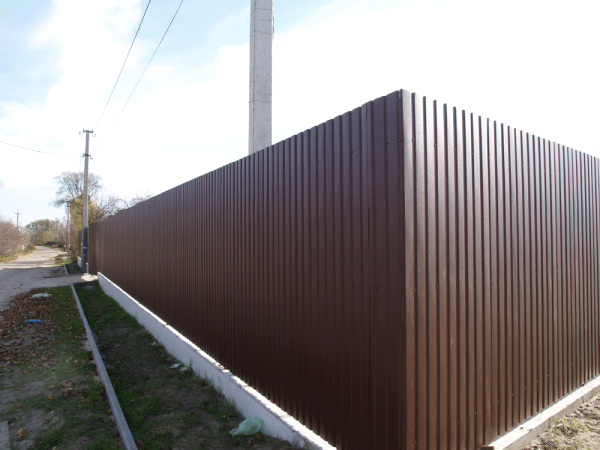 На фото: такой забор очень надежен и долговечен