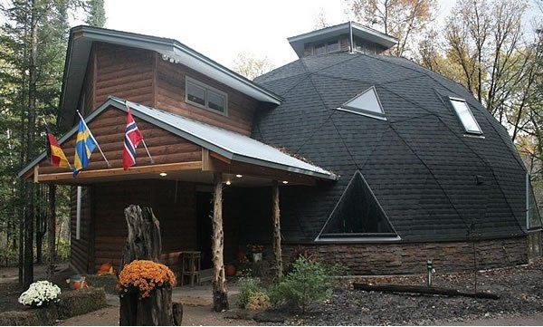 На фото видно, что геодезическое купольное здание строится из треугольных секций