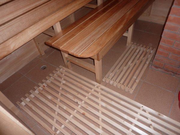 На кафельный пол в бане можно уложить решетчатые настилы: и не холодно, и не скользко