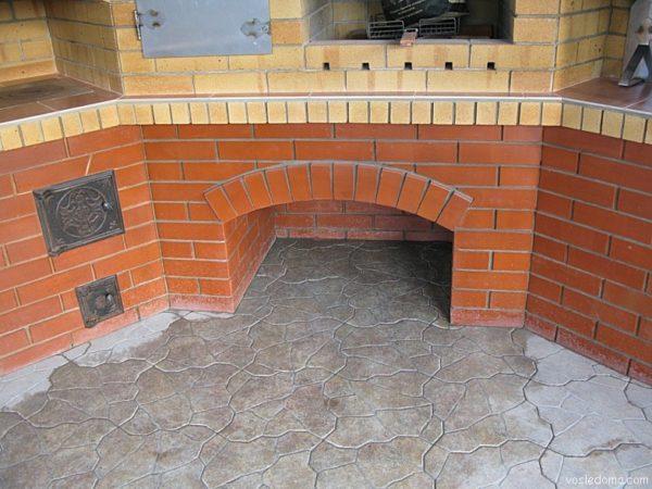 На полу хорошо смотрится плитка из искусственного камня.
