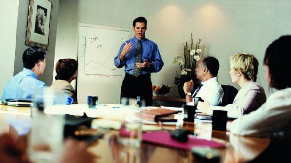На совещании люди должны иметь возможность полностью сосредоточиться на обсуждаемой теме, а не отвлекаться на предметы интерьера личного характера