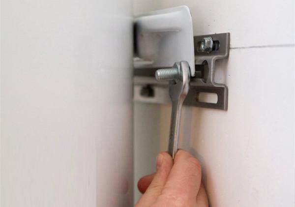 Накопительные бойлеры фиксируются на стене при помощи болтов или вешаются на заранее вкрученные крюки