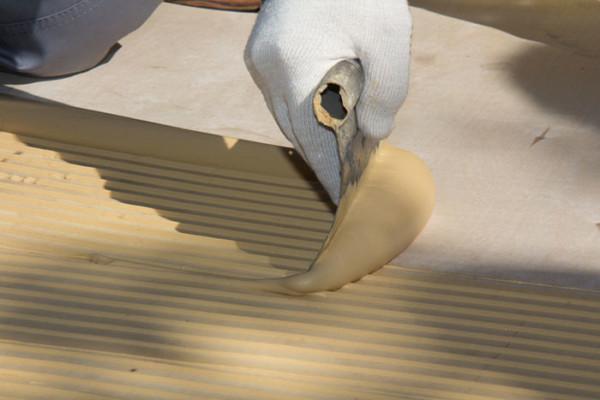 Нанесение клея для укладки паркетной доски
