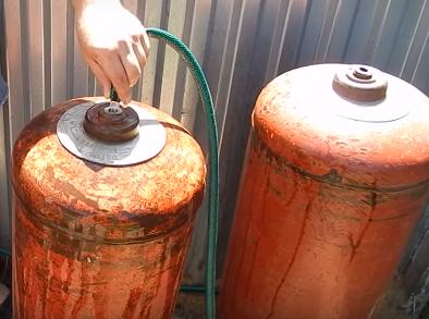 Наполнение баллонов водой.