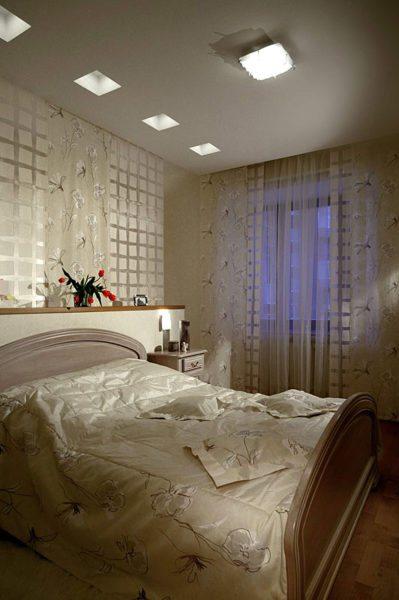 Направленные светильники в потолочных нишах вызывают эффект световых колонн.