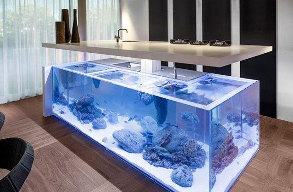Настоящий аквариум сделает помещение теплым и уютным.