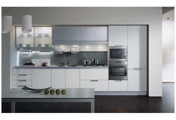 Не очень удачный дизайн линейной кухни: плиту и мойку лучше поменять местами