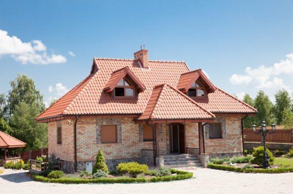 Небольшие фронтоны над скатами разнообразят дизайн вальмовой конструкции