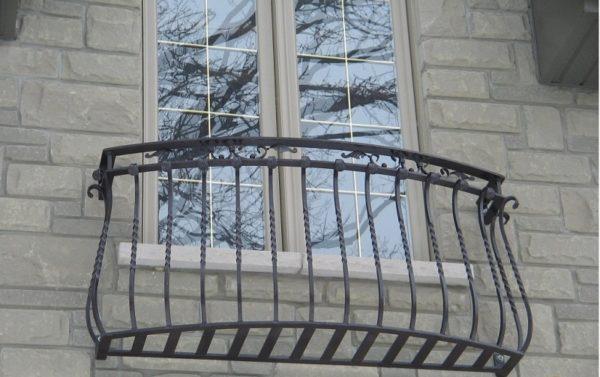 Незатейливые, но красивые кованые перила французского балкона