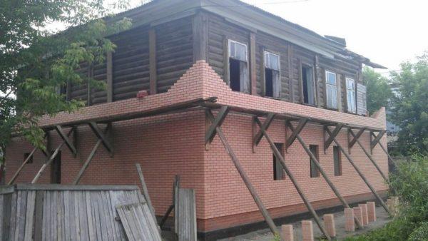 Облицовка кирпичом придает дому вид нового строения