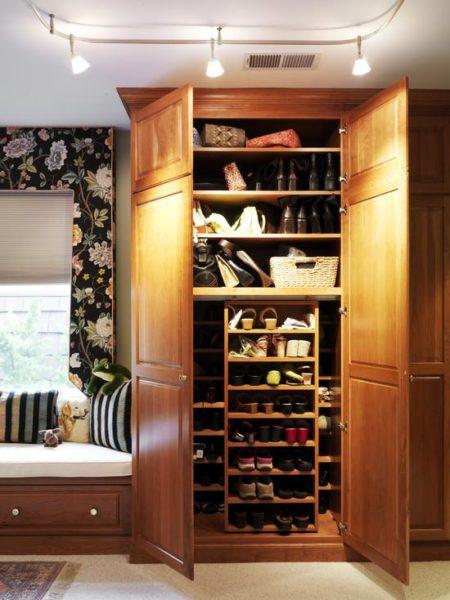 Обувной шкаф очень вместителен внутри, но при этом и очень объёмен снаружи