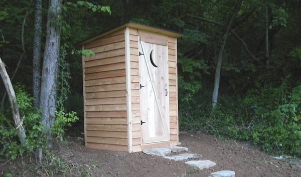 Обычно туалет располагается в дальнем углу участка