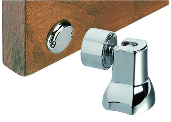 Очень важно точно закрепить металлический элемент, который и будет фиксировать дверь на магнитной части