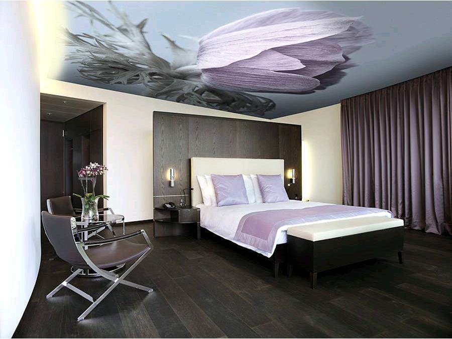 Декор натяжного потолка в спальне