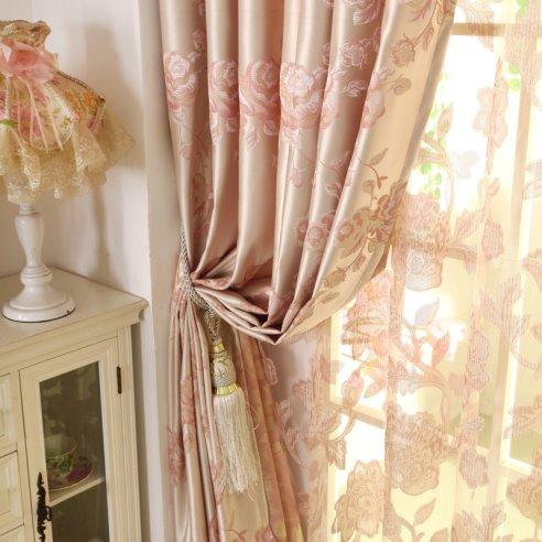 Оформление окна – завершающий этап декорирования гостиной