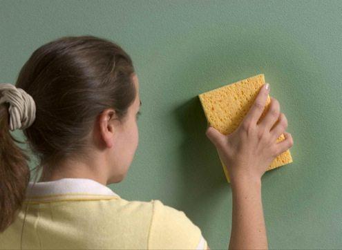 Окрашенные стены зачастую можно протирать влажной тряпкой или даже мыть