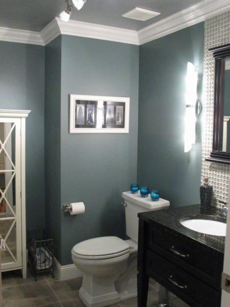 Окрашенный потолок в ванной комнате
