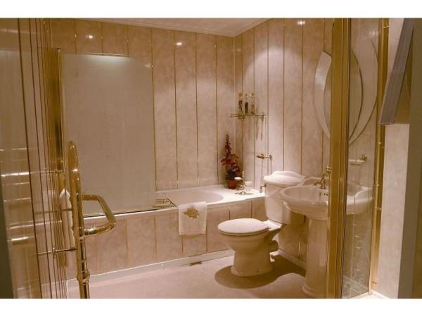 Оригинальное оформление ванны с использованием пластиковых панелей на стенах
