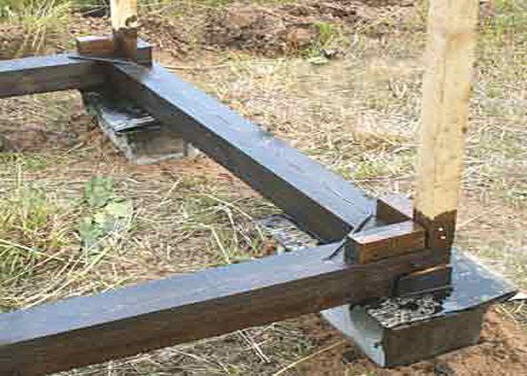 Основание ставится на бетонные блоки и обильно обрабатывается защитным составом