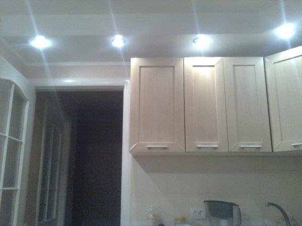 Основное освещение на кухне реализовано точечными светодиодными светильниками в подвесном потолке.