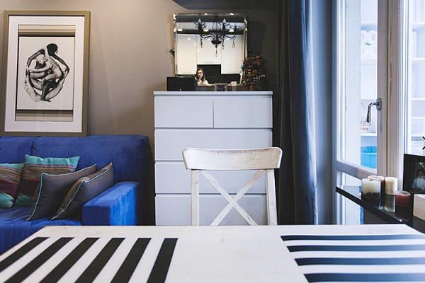 Основное цветовое пятно – диван насыщенного цвета электрик