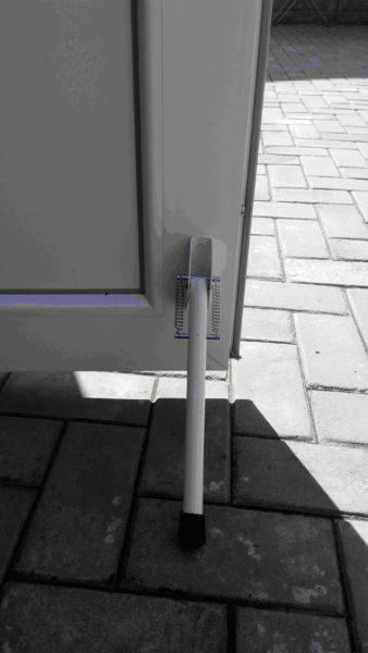 Откидывающиеся упоры могут иметь большую длину и держать как внутренние, так и наружные двери