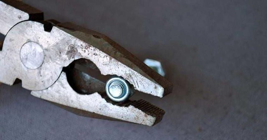 Откручивание гайки с помощью зубчатой выемки