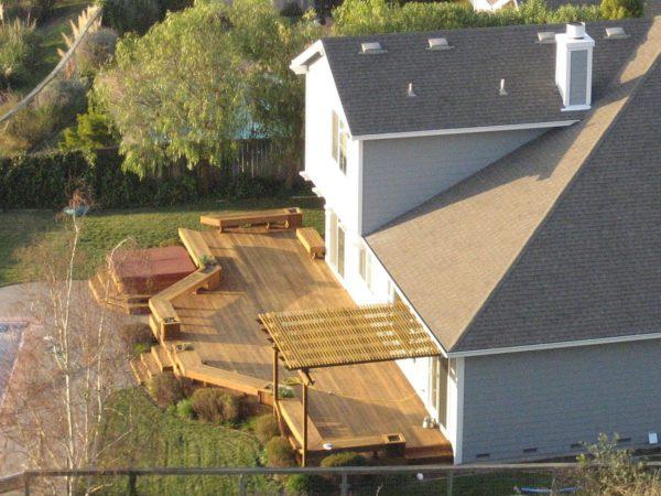 Открытая терраса с легким навесом для защиты от солнца.