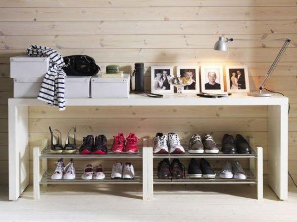 Открытые обувные полки для прихожей и стоят дешевле, и вентиляцию высокую обеспечивают