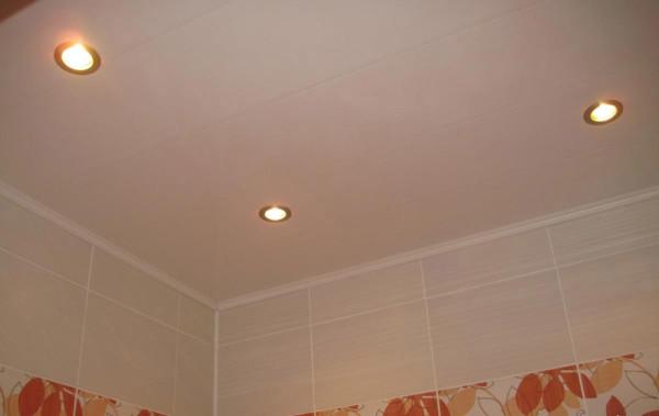 Панели хорошо подходят для потолка в ванной