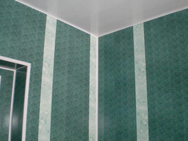 Панели можно смело использовать для отделки верха ванной комнаты. Внизу не стоит: они легко трескаются при ударе.