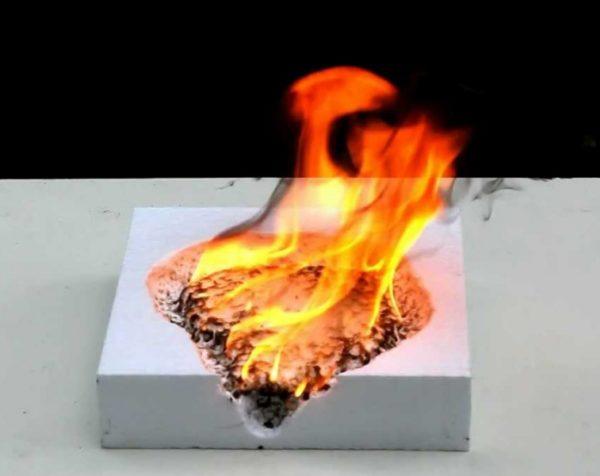 Пенополистирол хорошо горит и выделяет при этом токсины