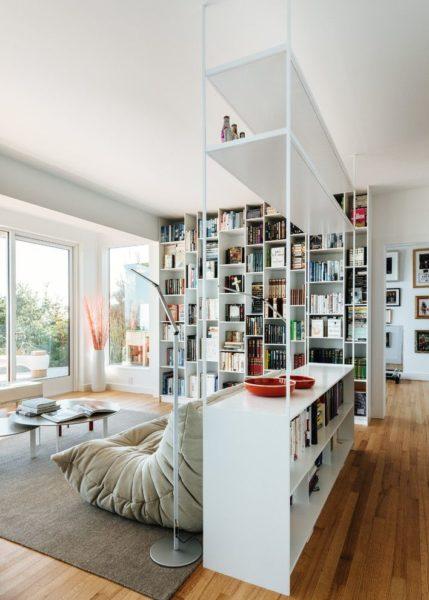 Перегородка для комнаты в виде стеллажа – это универсальный и многофункциональный предмет мебельного интерьера