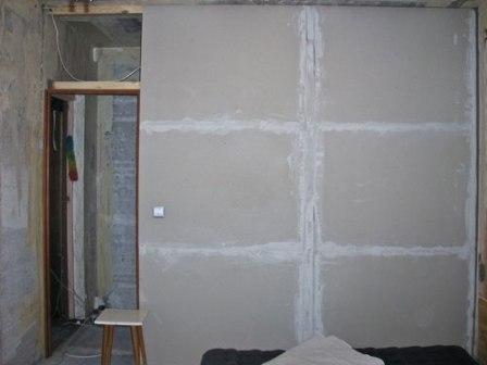 Конструкция для разделения помещения с дверным проемом, установленная в ванной комнате