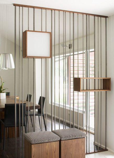 Перегородка из трубок и с парой полок хорошо впишется в интерьер, придерживающийся таких стилей как хай-тек или минимализм