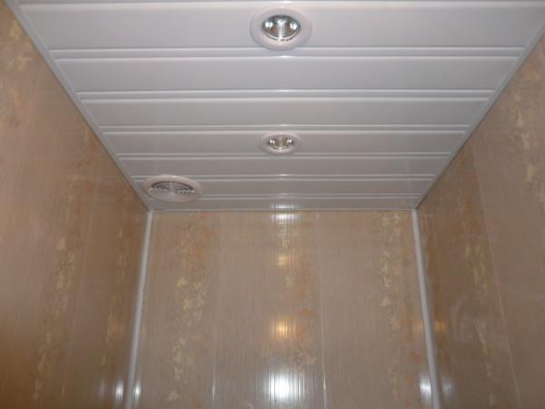 Пластиковый подвесной потолок. Обратите внимание на вентиляцию пространства над ним.