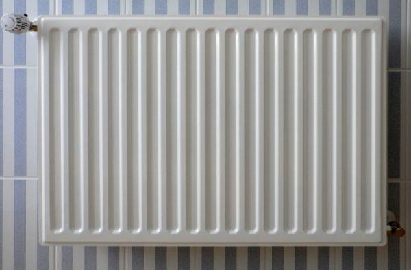 Пластинчатый радиатор отопления отдает тепло преимущественно за счет излучения благодаря небольшой площади теплового контакта с воздухом.