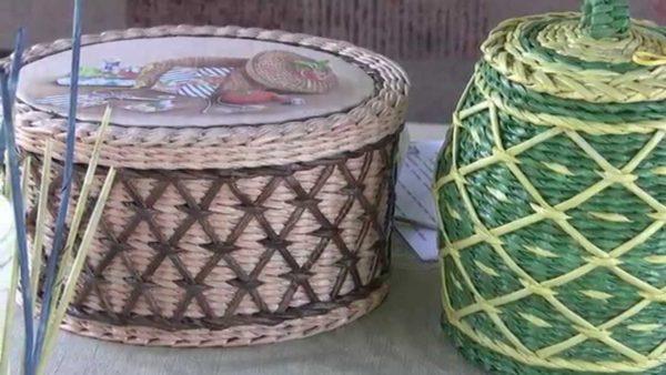 Плетеные корзины из газетных трубочек внешним видом практически не отличаются от аналогичных изделий из ротанга