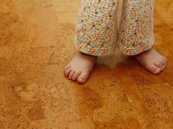 По пробковому полу ходить босиком не только тепло, но также еще и приятно, и даже полезно
