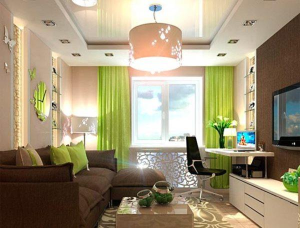 Подсветка в импровизированных нишах и глянцевый натяжной потолок делают комнату просторней и выше.