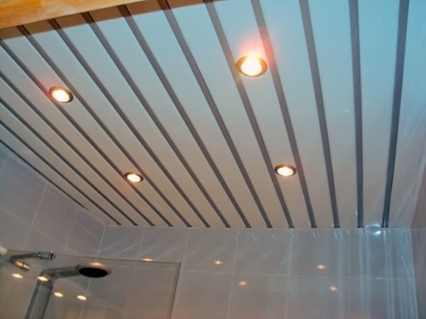 Подвесной потолок своим видом дополнит современный дизайн ванной комнаты