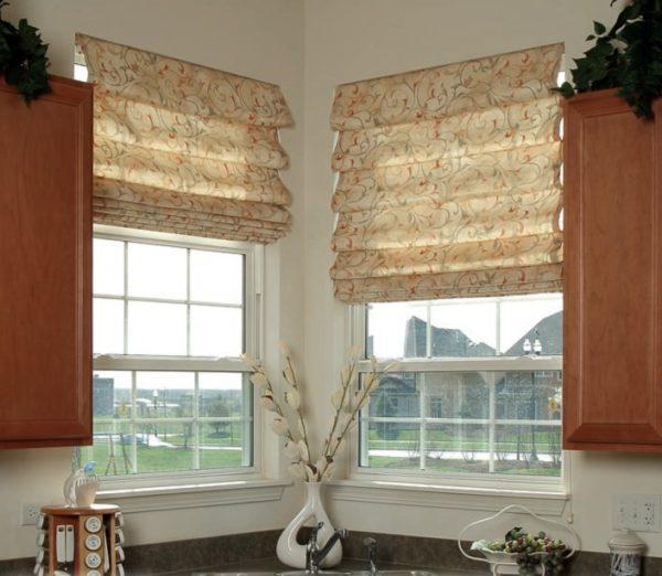 Полупрозрачные шторы с эффектным принтом полностью скроют происходящее в кухне от глаз прохожих, но будут мягко рассеивать свет
