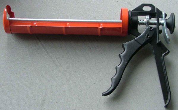 Полузакрытый пистолет под тубы на 310 мл — более прочный и надежный вариант для больших объемов работ