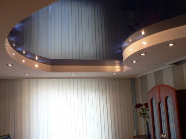 Потолок из ГКЛ можно комбинировать с пленкой натяжного потолка