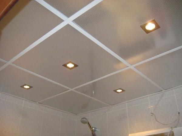 Поверхность подвесного потолка гораздо выше натянутой пленки