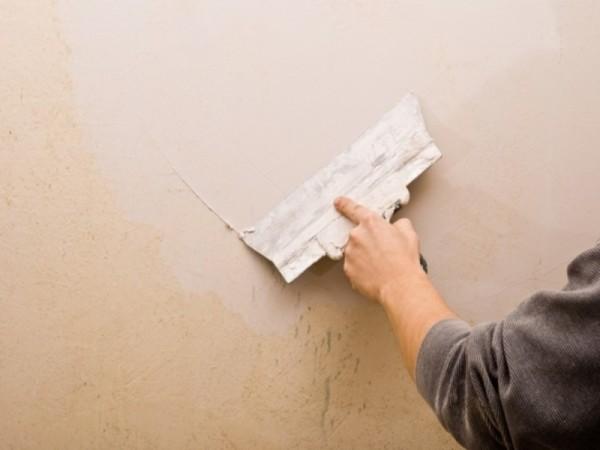 При многочисленных мелких неровностях проще полностью зашпаклевать стену