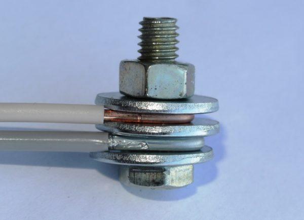 При правильном соединении проводов медь и алюминий напрямую не контактируют