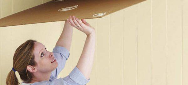 При приклеивании элементов на потолке очень важно, чтобы клей схватывался быстро